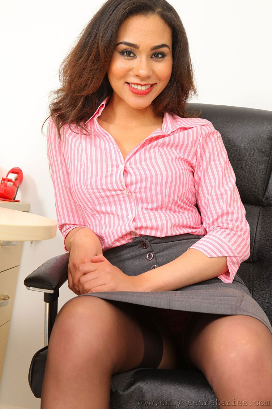 Секретаршу на столе в чулках 16 фотография