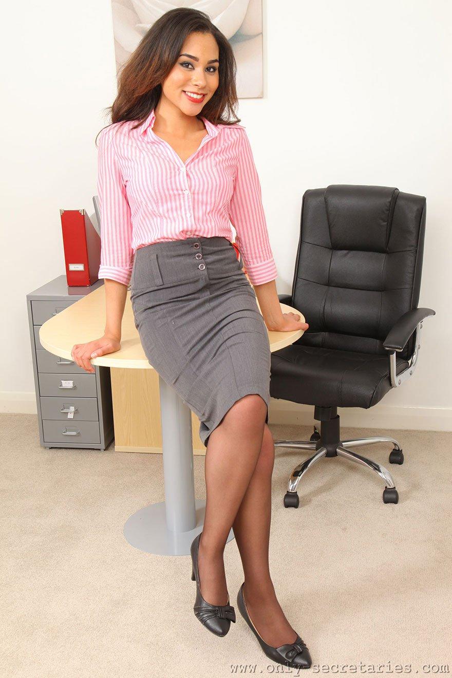 Секретаршу на столе в чулках 27 фотография