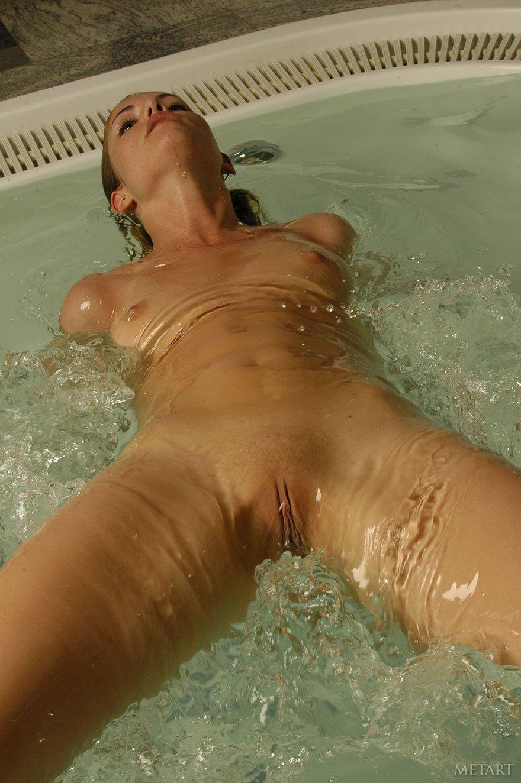 Фото обнаженной блондинки в бассейне - эротика