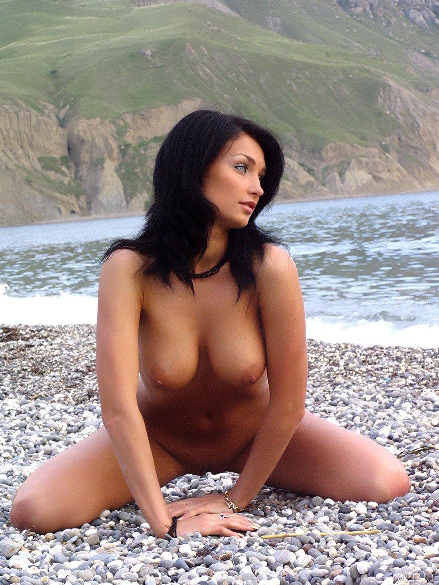 Фото грудастой брюнетки с голубыми глазами на море