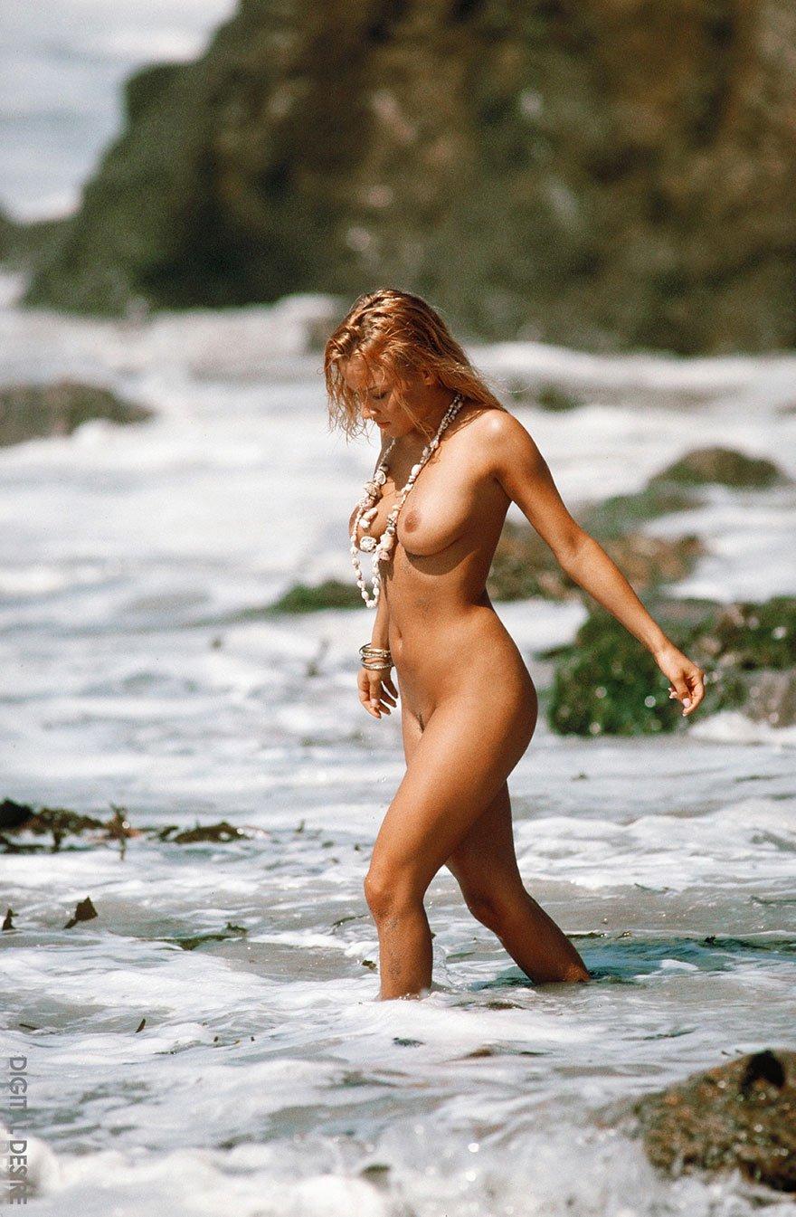 Пышногрудая смуглая модель со свелыми волосами - обнаженка в море