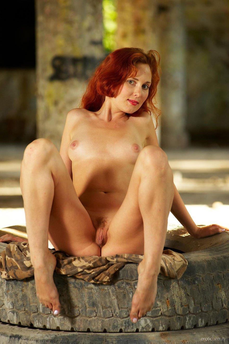 Нежная порнография - рыжеволосая девка в заброшенном доме