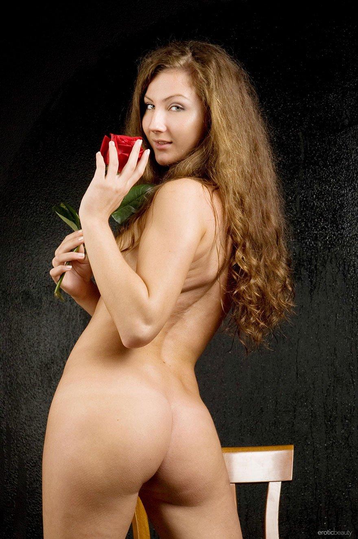 Фото 20-летней телки с розой в студии - эротика