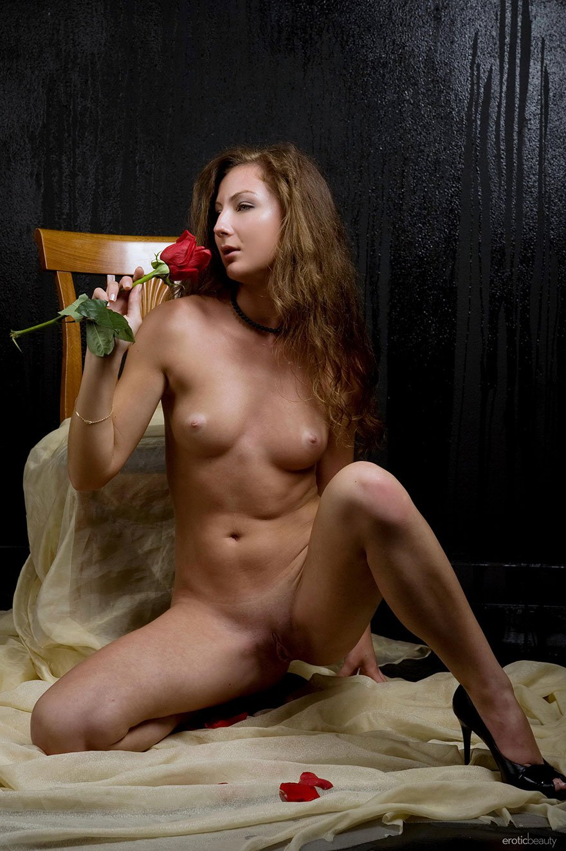 Фото 18-летней барышни с розой в студии - порнография смотреть эротику