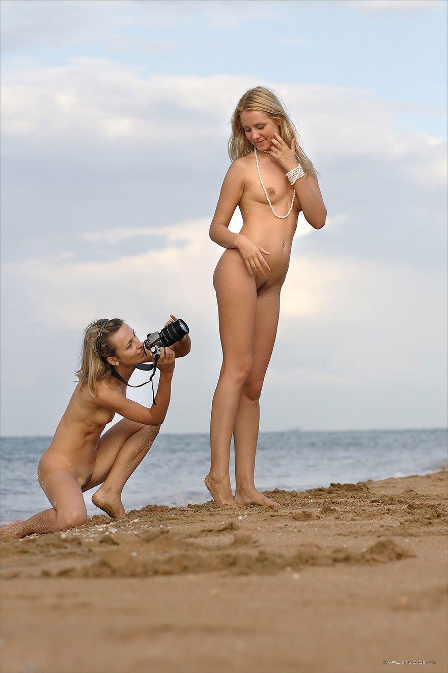 Две девушки блондинки устроили фото сессию на пляже