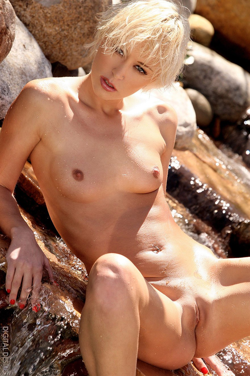 Сексуальная блондинка показала загорелую попку