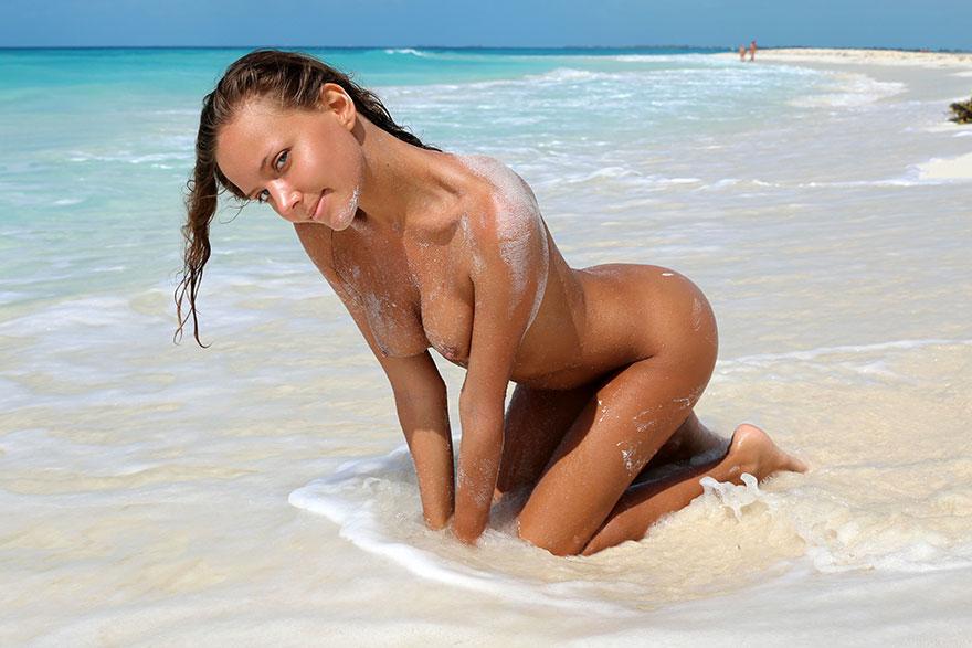 Эротические фото загорелой девушки на море