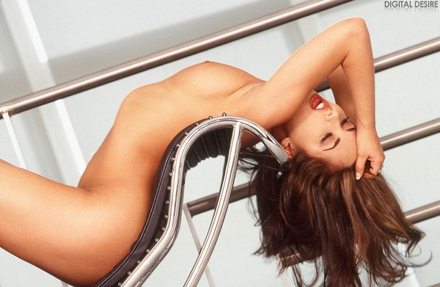 Грудастая тёмненькая продемонстрировала сырую киску секс фото