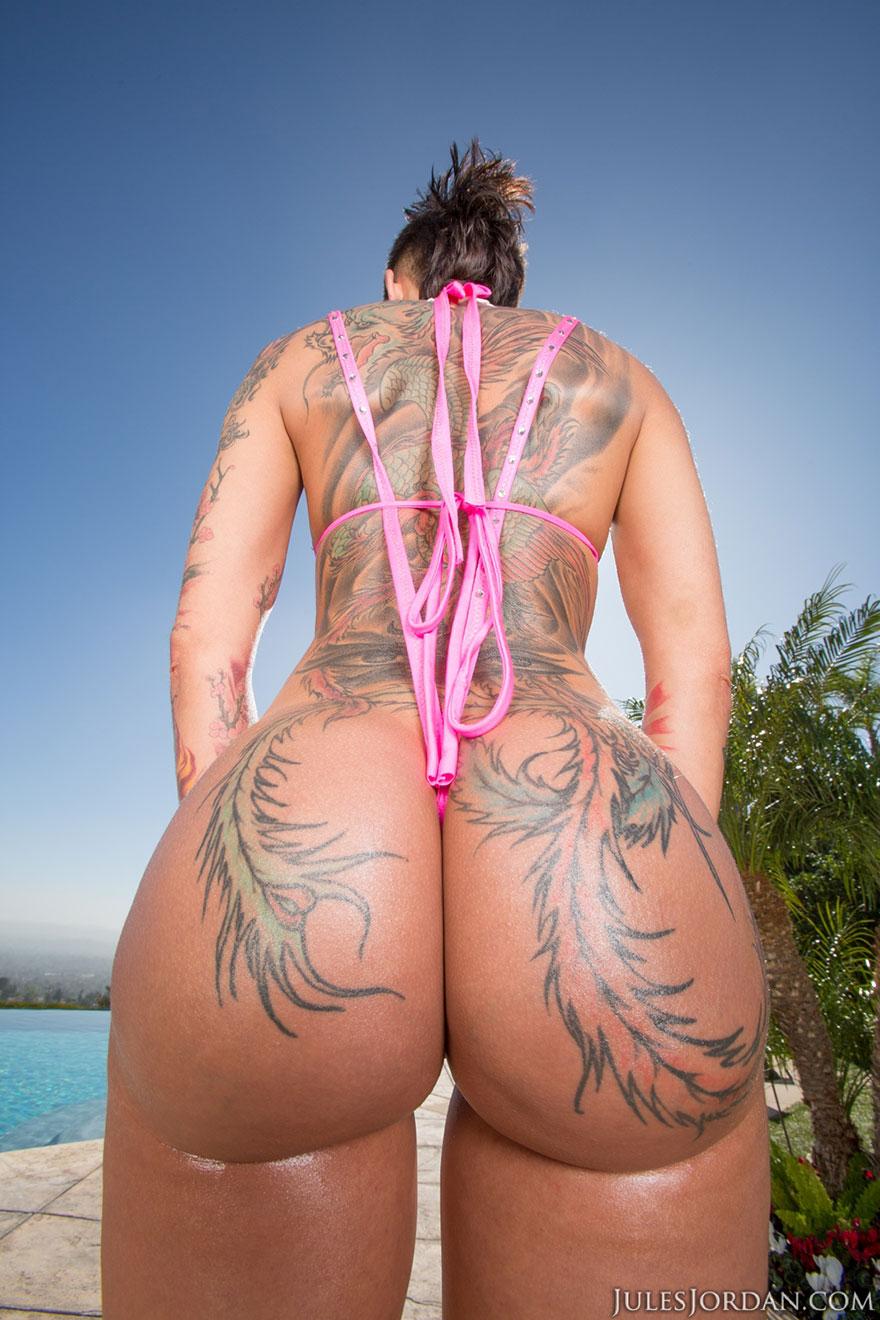 Девица в татуировках показала большую попу