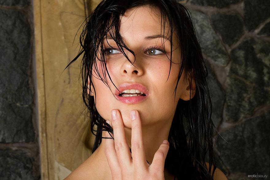 Фото симпатичной брюнеточки под струями душа - порнушка смотреть эротику