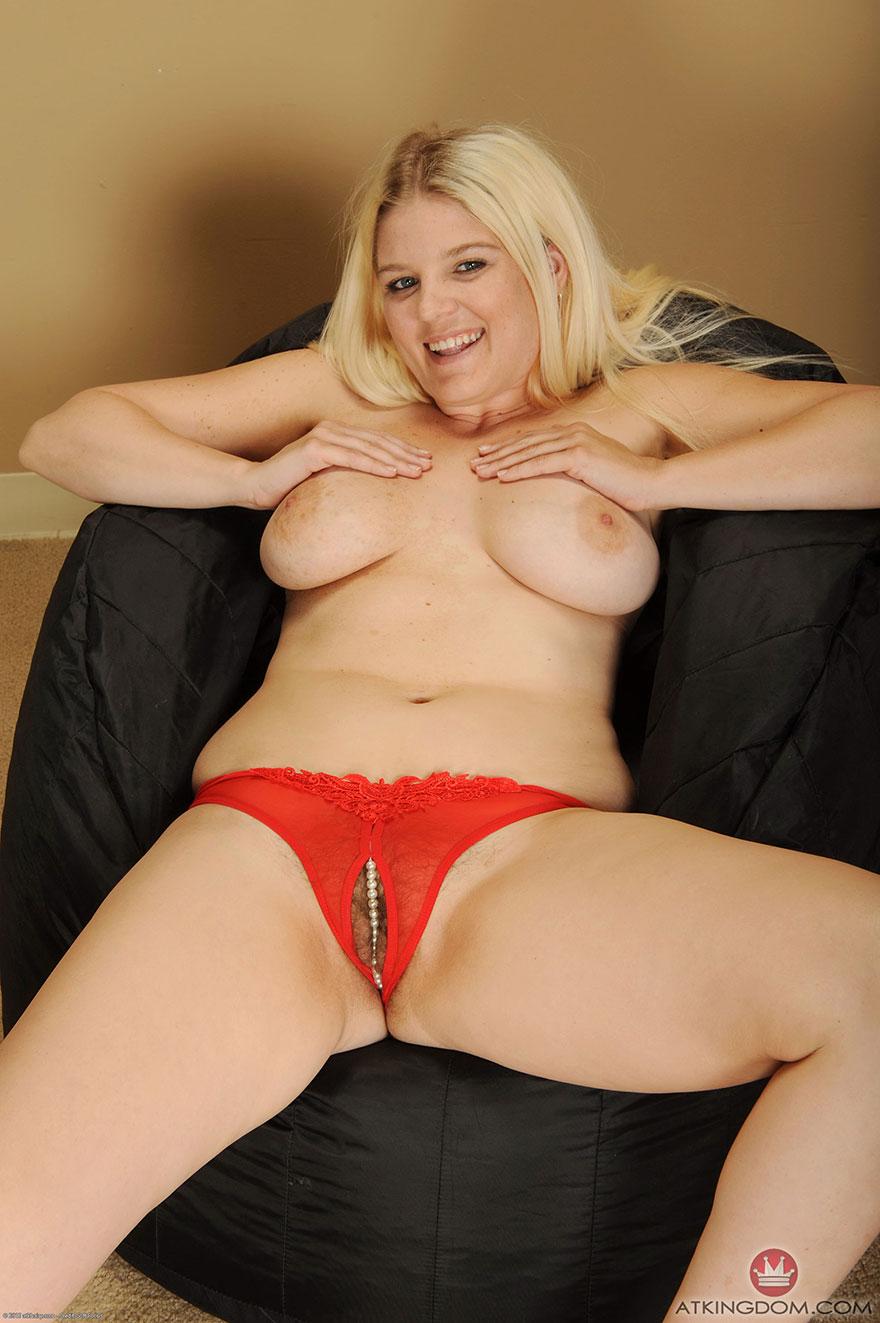 Пухлая пизда блондинки