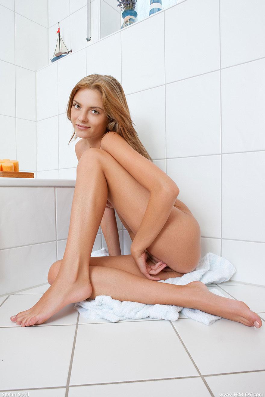 Эротические фото голой девушки в ванной комнате