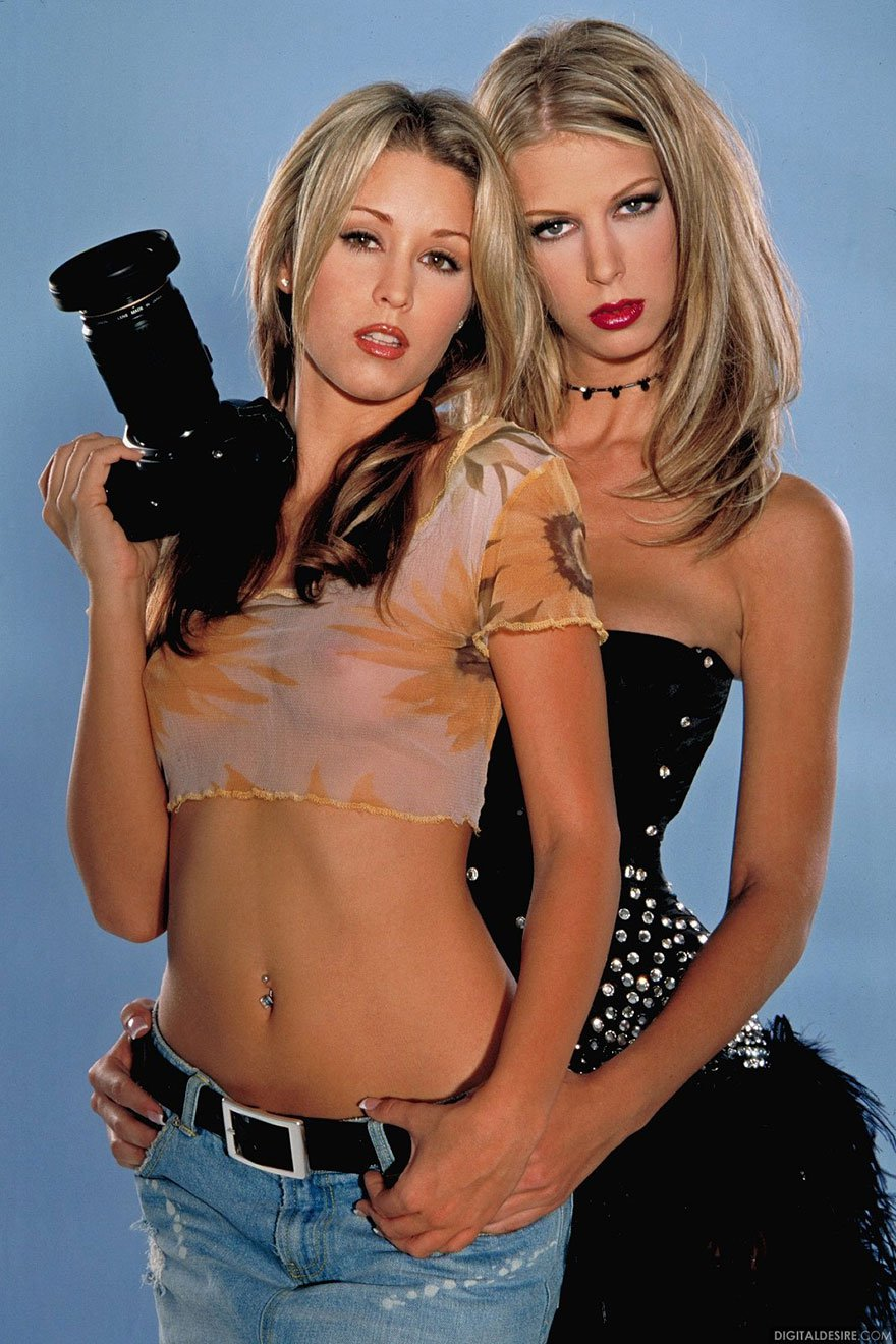 Две хорошенькие блондиночки соблазнительно позируют перед камерой