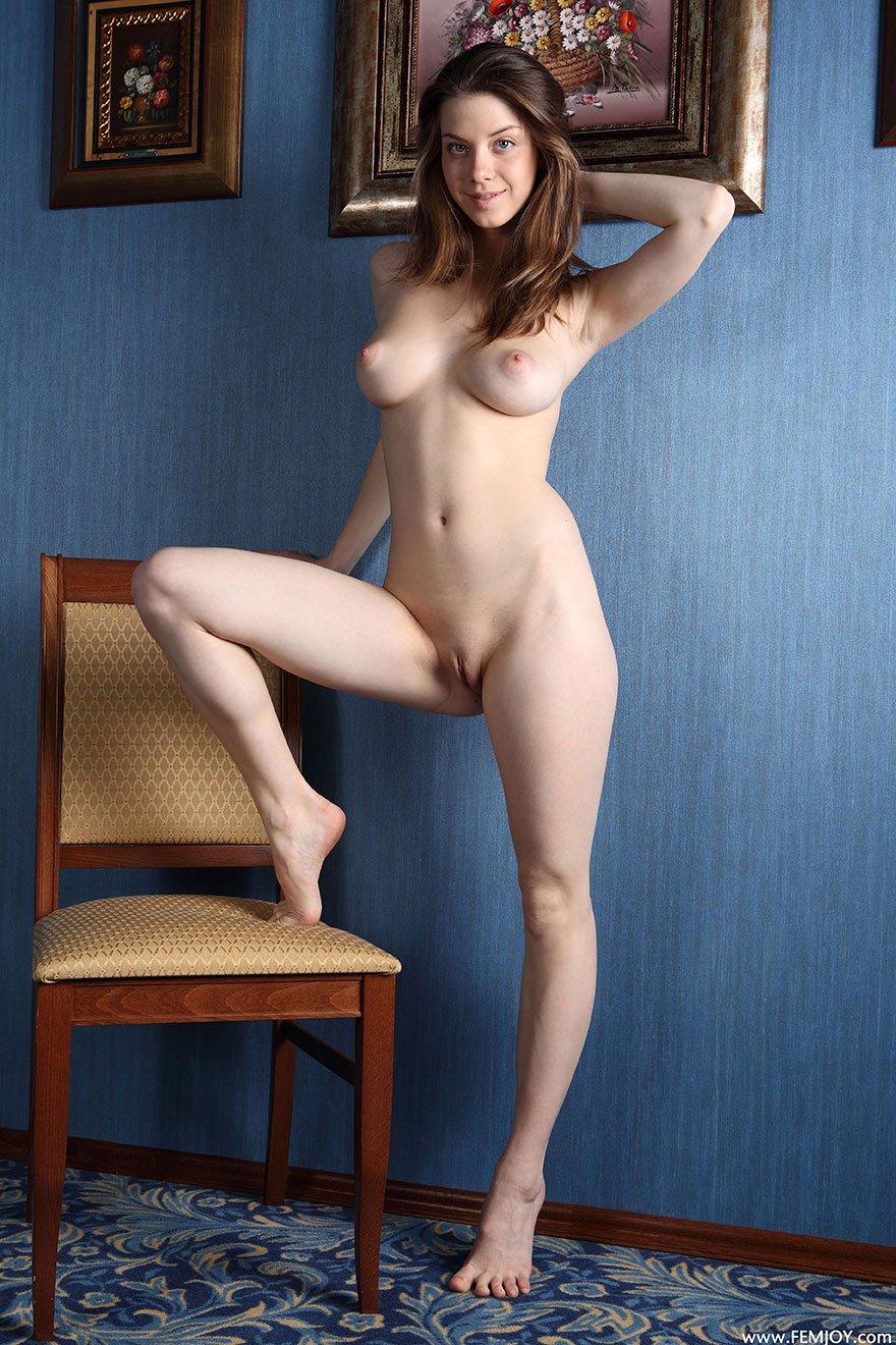 Фото голой женщины на стуле 14