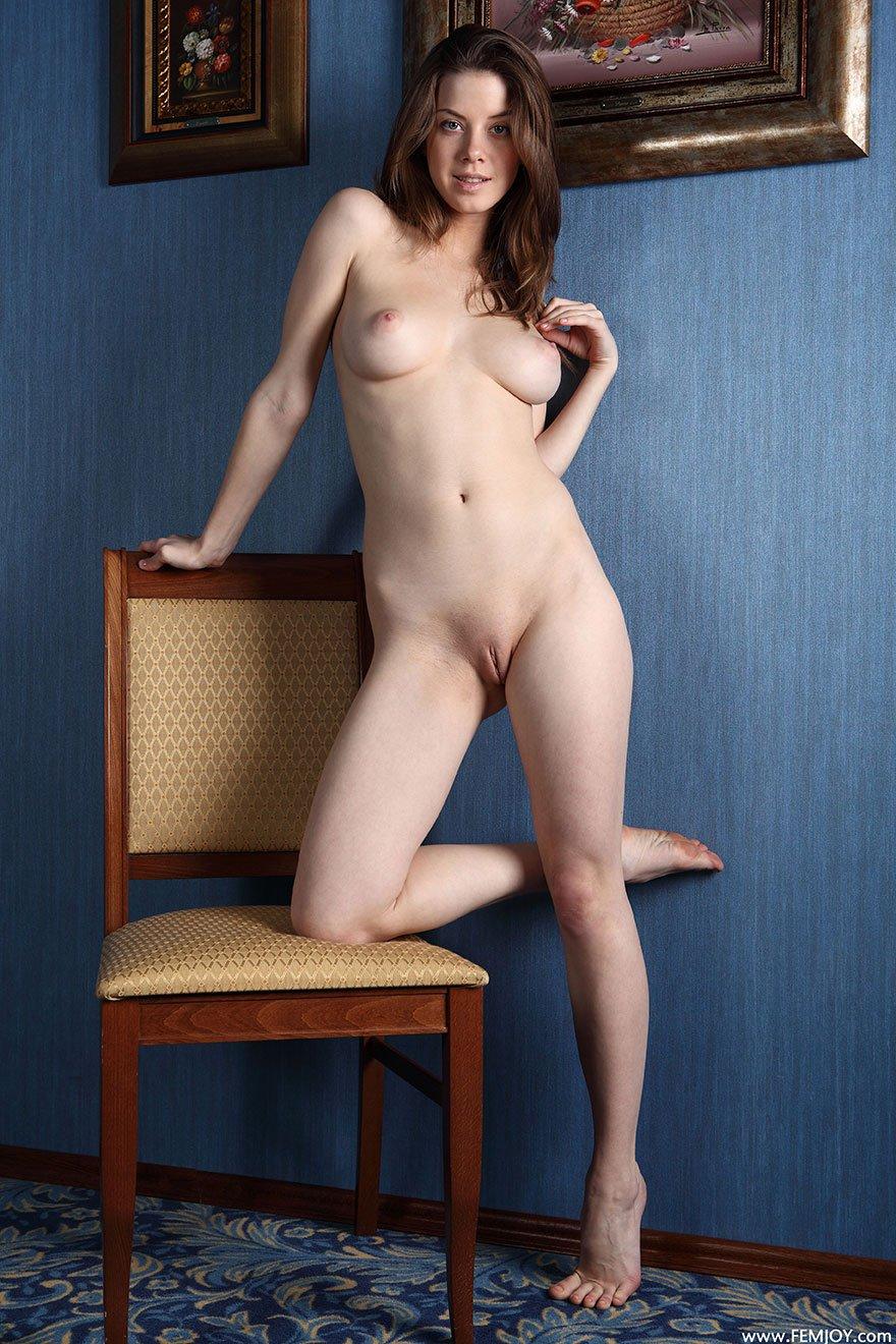 голые девчонки на стуле