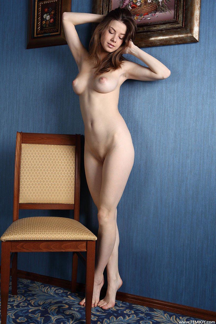 Эротические изображения обнаженной бабы на стуле секс фото