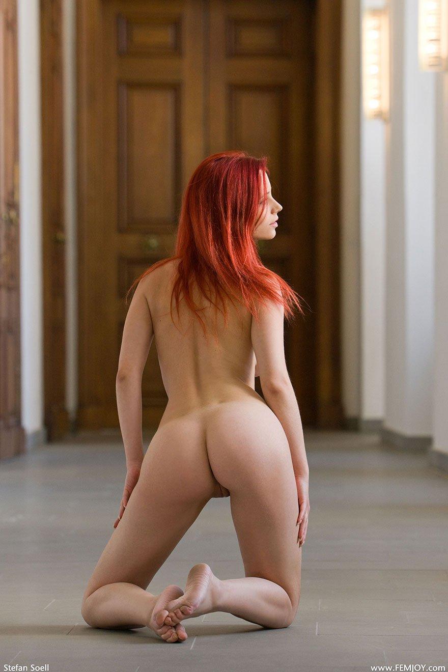 Фото рыжей девушки с красивой голой попой