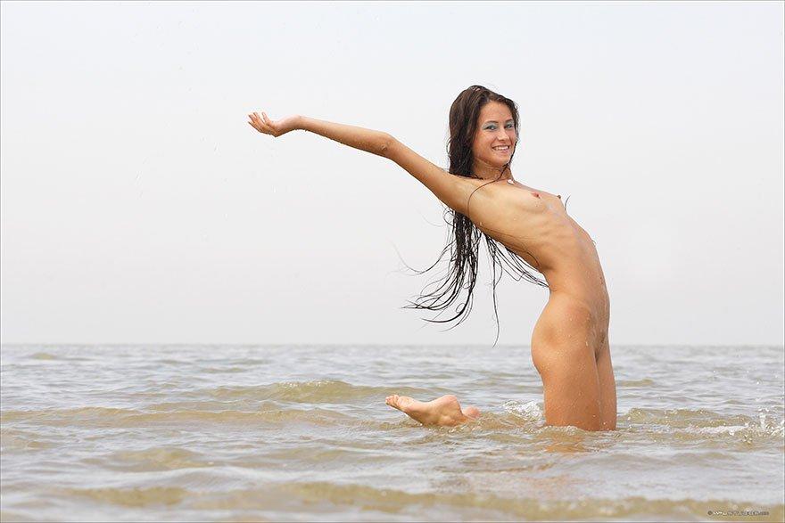 Голая мадам с выдающимися волосами купается в море секс фото