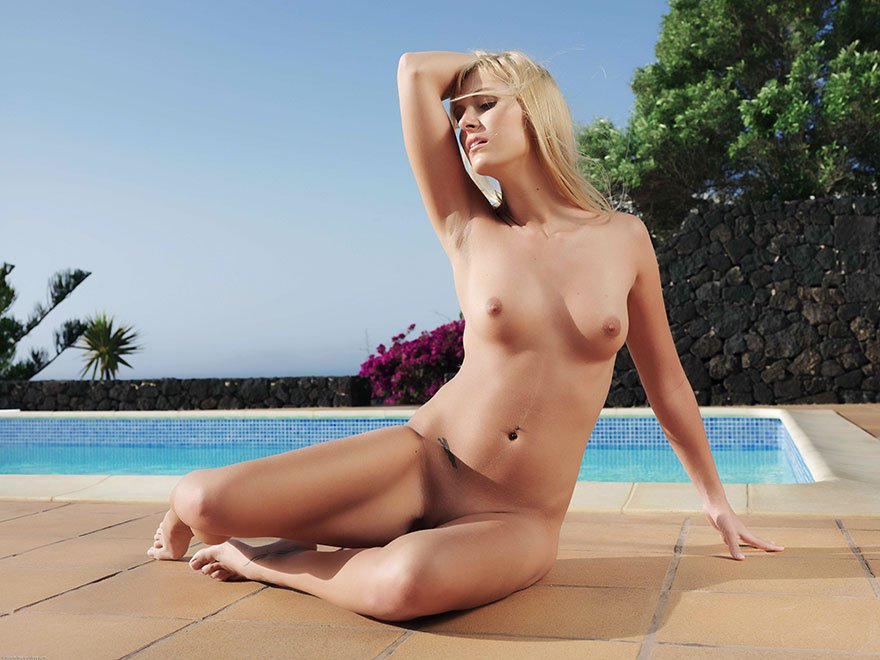 Фото голой блондинки возле бассейна