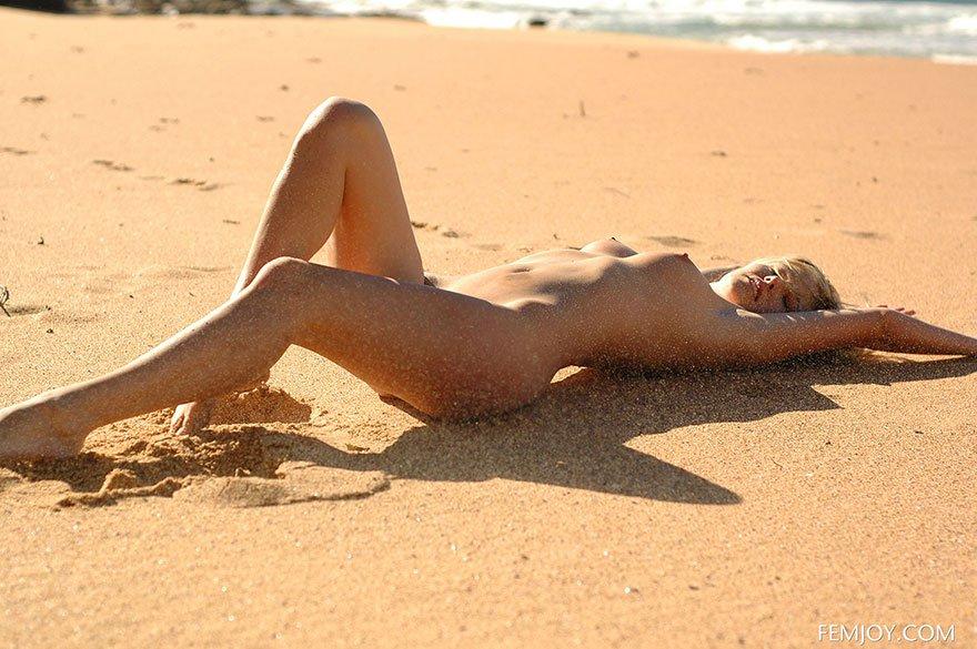 19-летняя женщина наслаждается отдыхом на море
