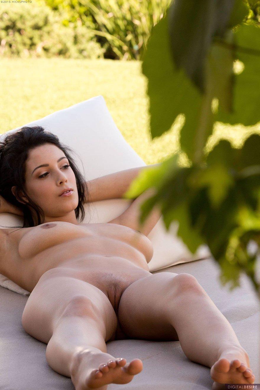 Хорошенькая обнаженная жопа Молодой брюнетки смотреть эротику