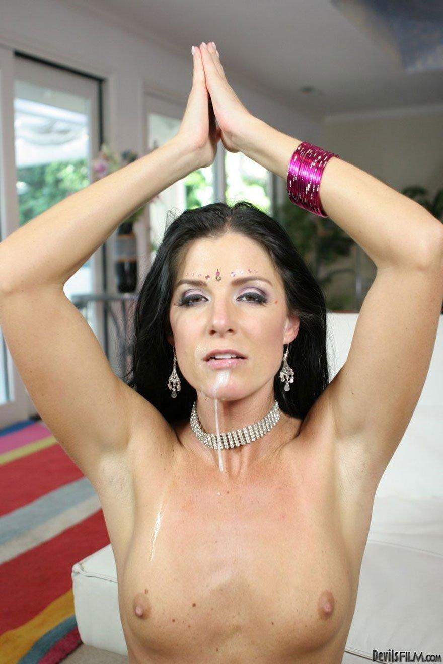 Секс-фото восточной няшки в костюме для танца
