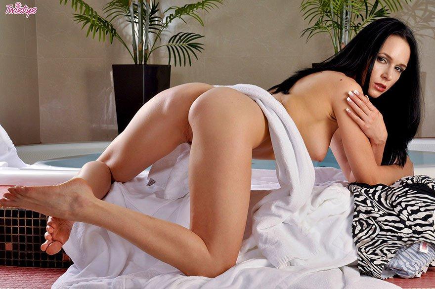 Фото хорошенькой мамки в сексуальной ванной комнате секс фото