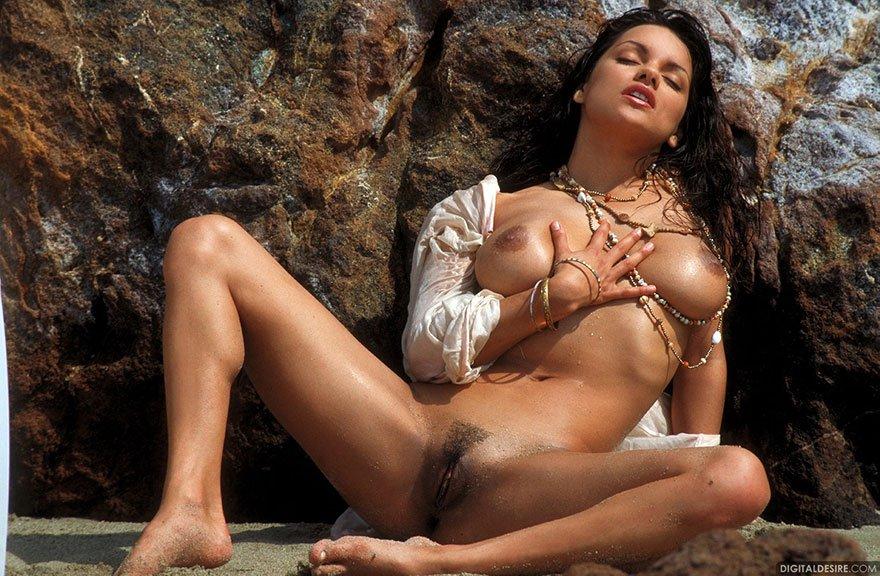 Милая клубничка большегрудой брюнетки в море смотреть эротику