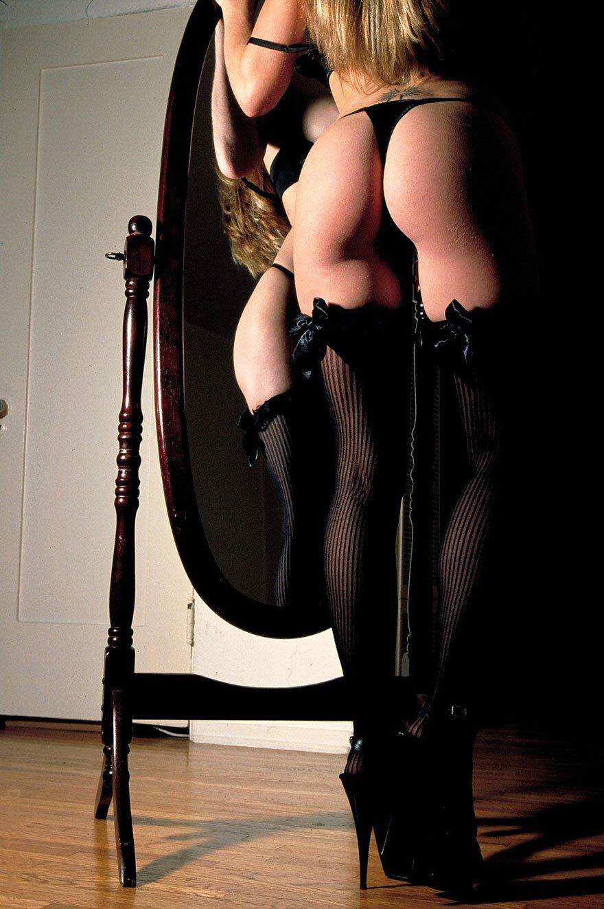 Супер-блондинка в чулочках снимает стринги