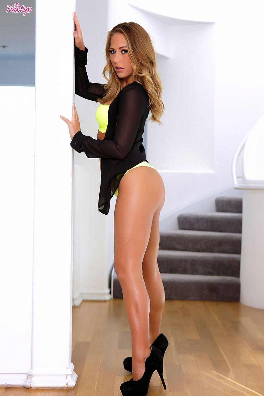 Сексуальная блондинки с красивыми ногами