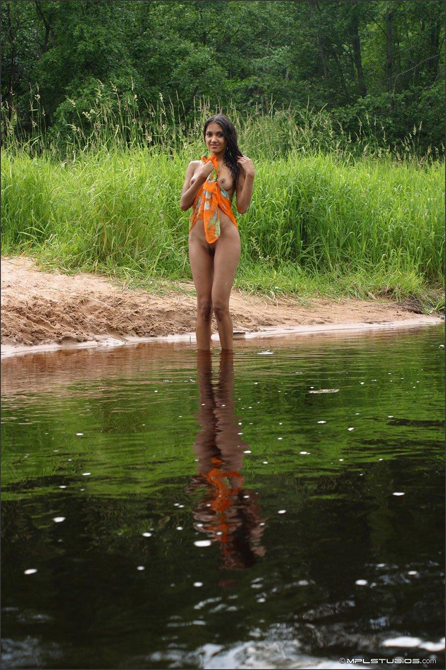 Фото ню стриженной смуглянки на реке смотреть эротику