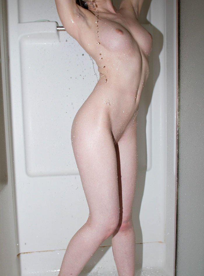 Голая девица позирует - селфи перед зеркалом
