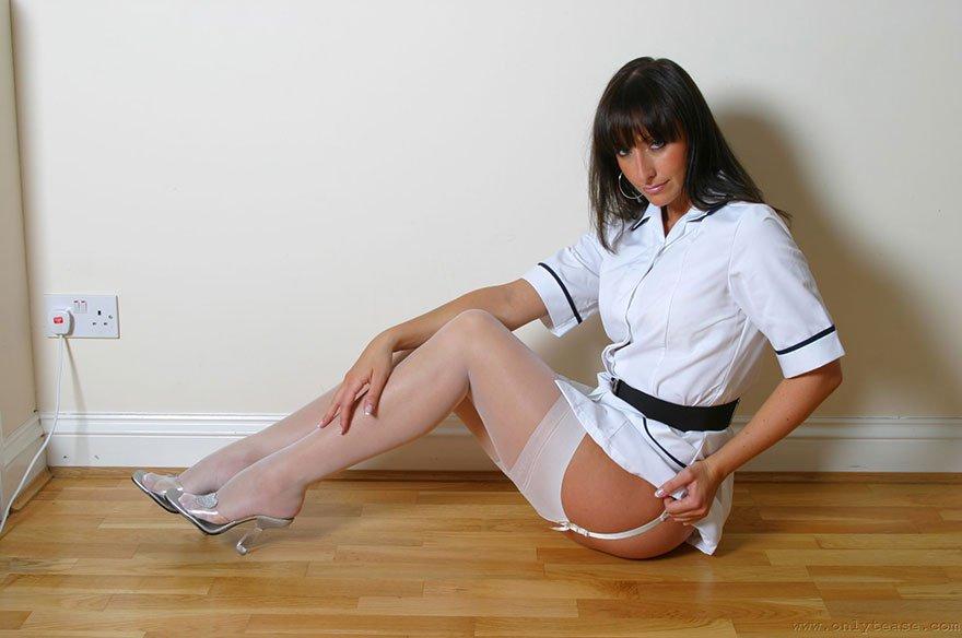 Эротика молодой женщины в халате медсестры