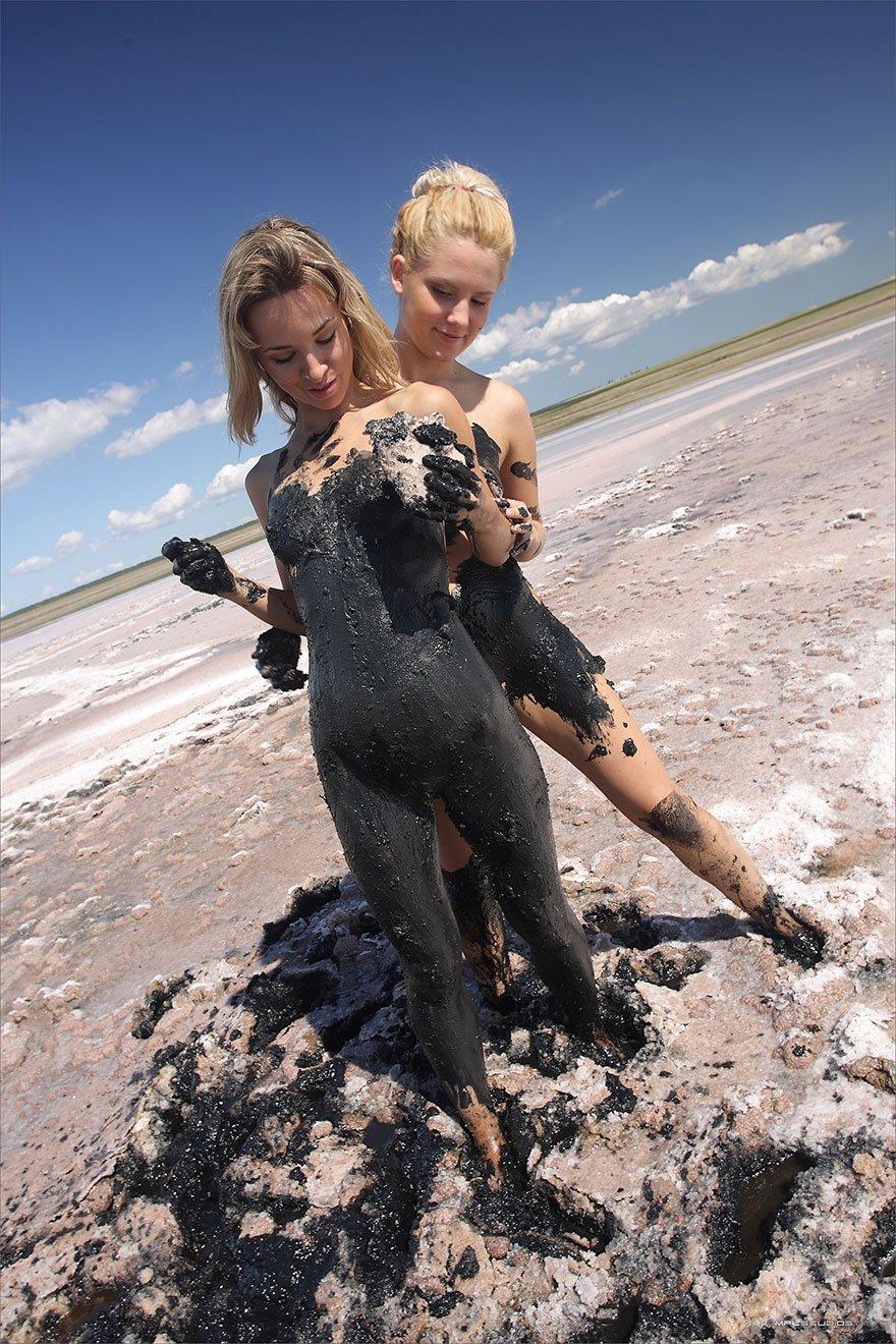 Стройные голые блондинки в грязи - фото эротика