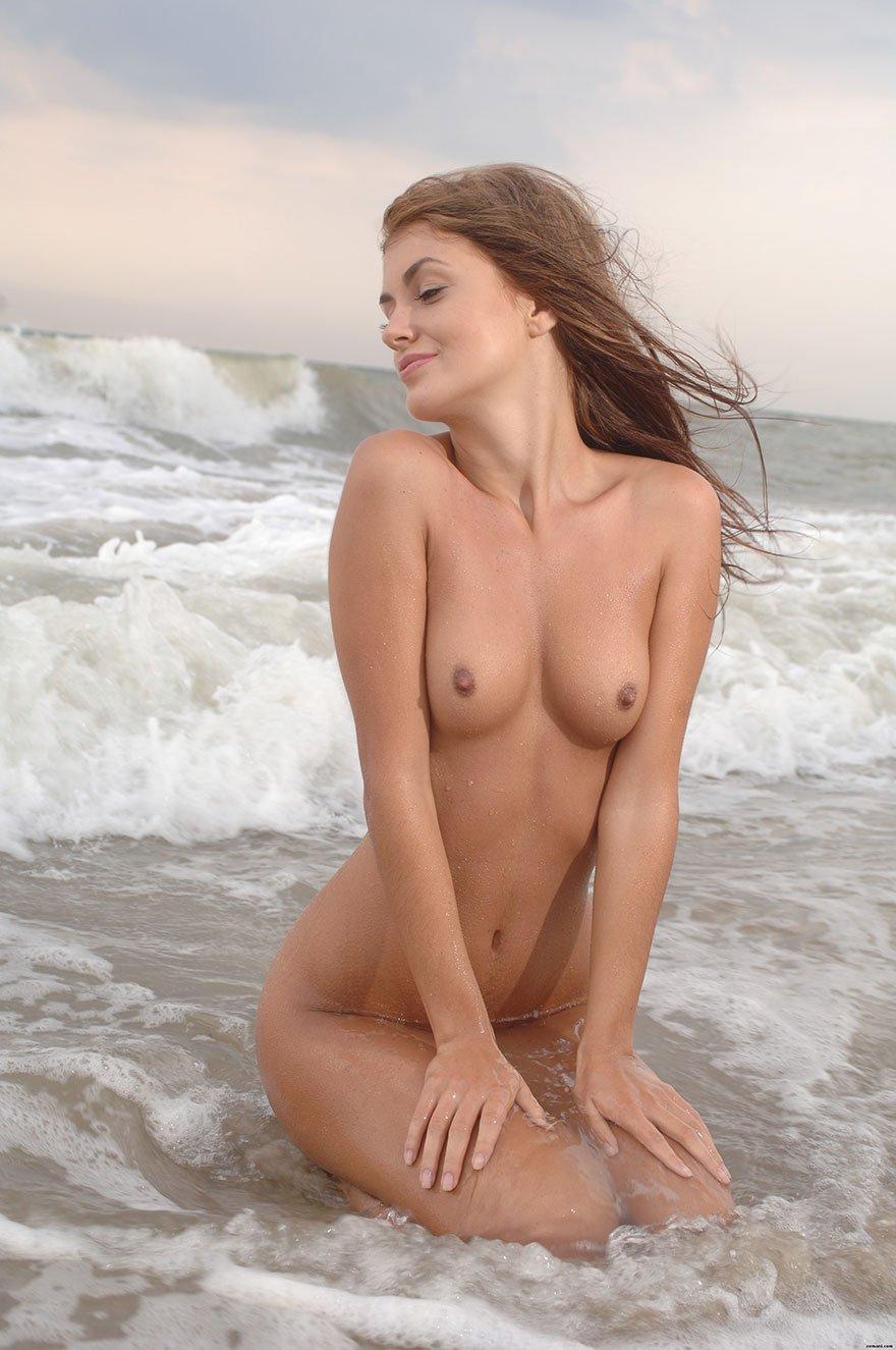 Обнаженная красавица среди морских волн