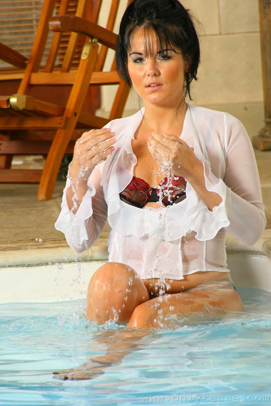 Смуглая тетка хвастается в колготках в бассейне