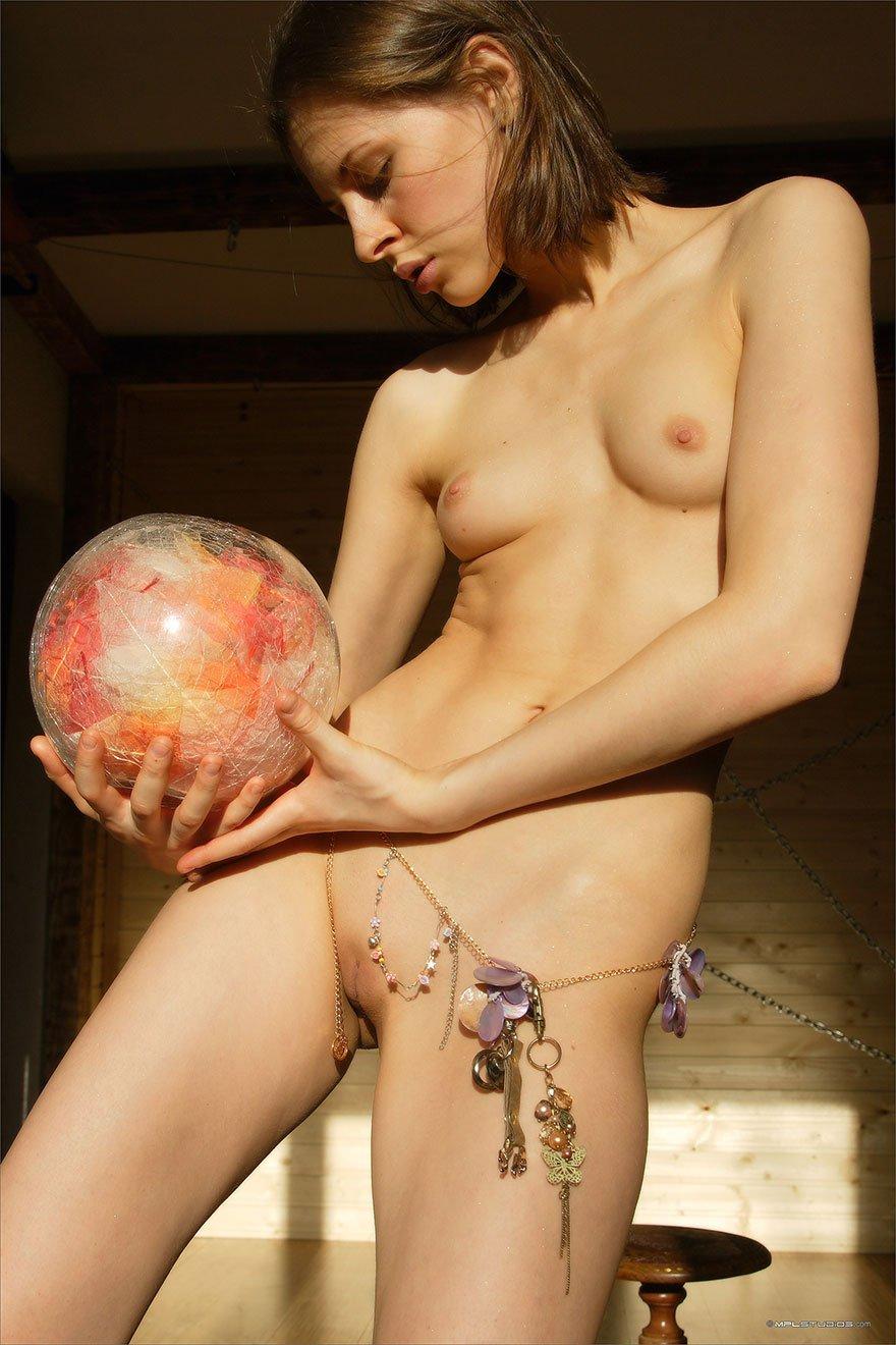 Красивая эротика девушки с маленькой грудью