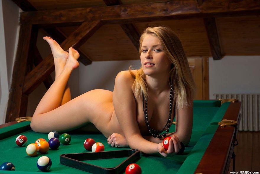 Фото обнаженка - Молоденькая баба обнаженная на бильярдном столе смотреть эротику