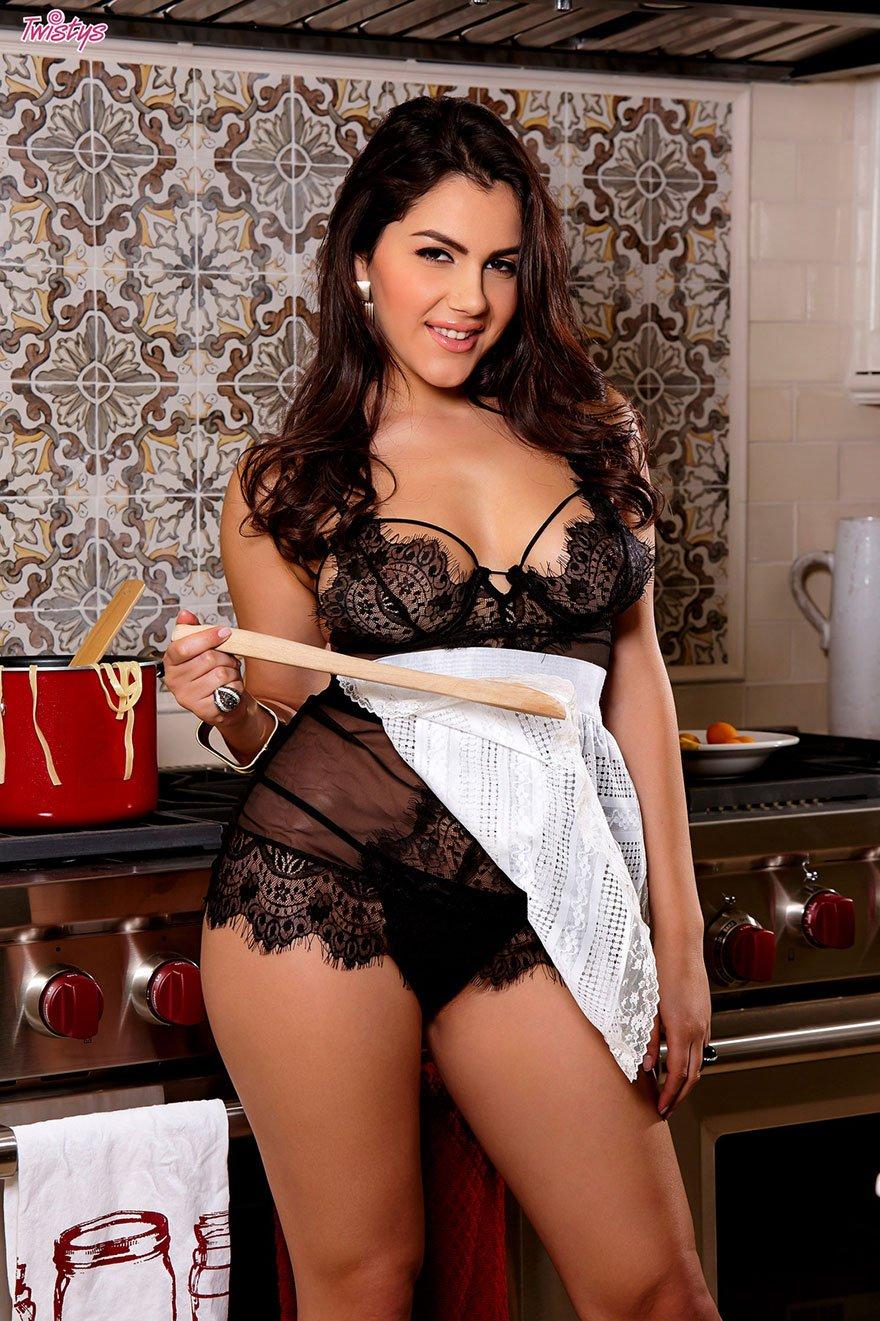 Прекрасная порнография - шатенка с жирной жопой фоткается на кухне секс фото