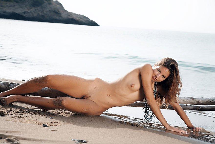 Обнаженка смуглой девахи на мокром песке секс фото