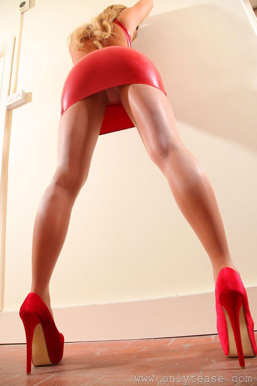 Сексуальная девка в красном платье из латекса