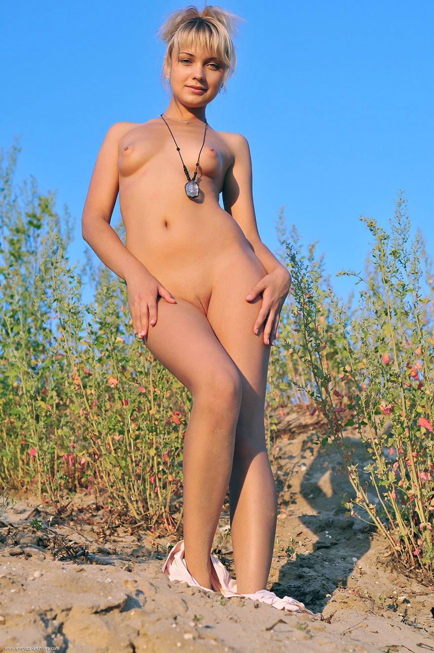 Эро фотки 19-летней блондинки у моря
