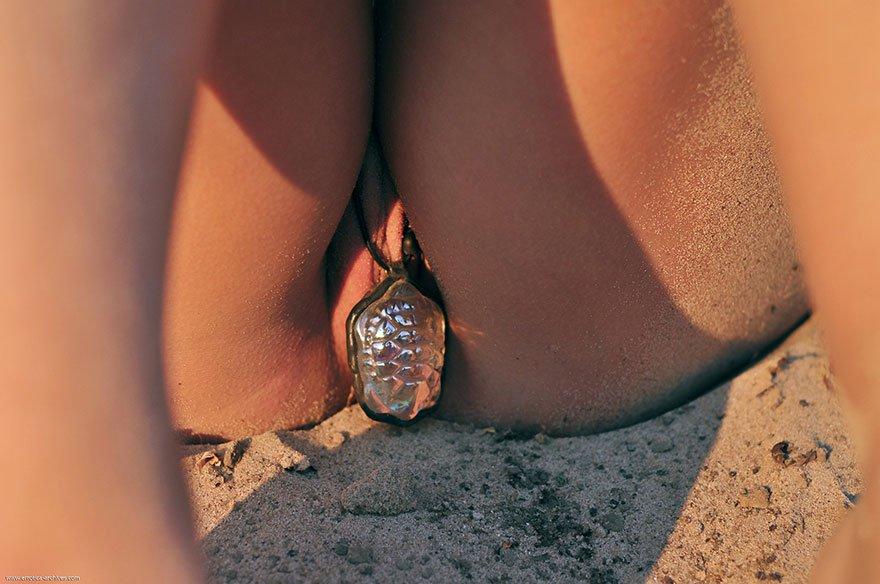 Эротические фото молоденькой блондинки на песке