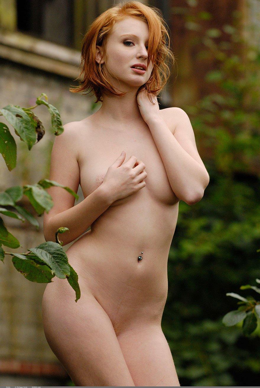 Порнография рыжей барышни с упругими дойками секс фото