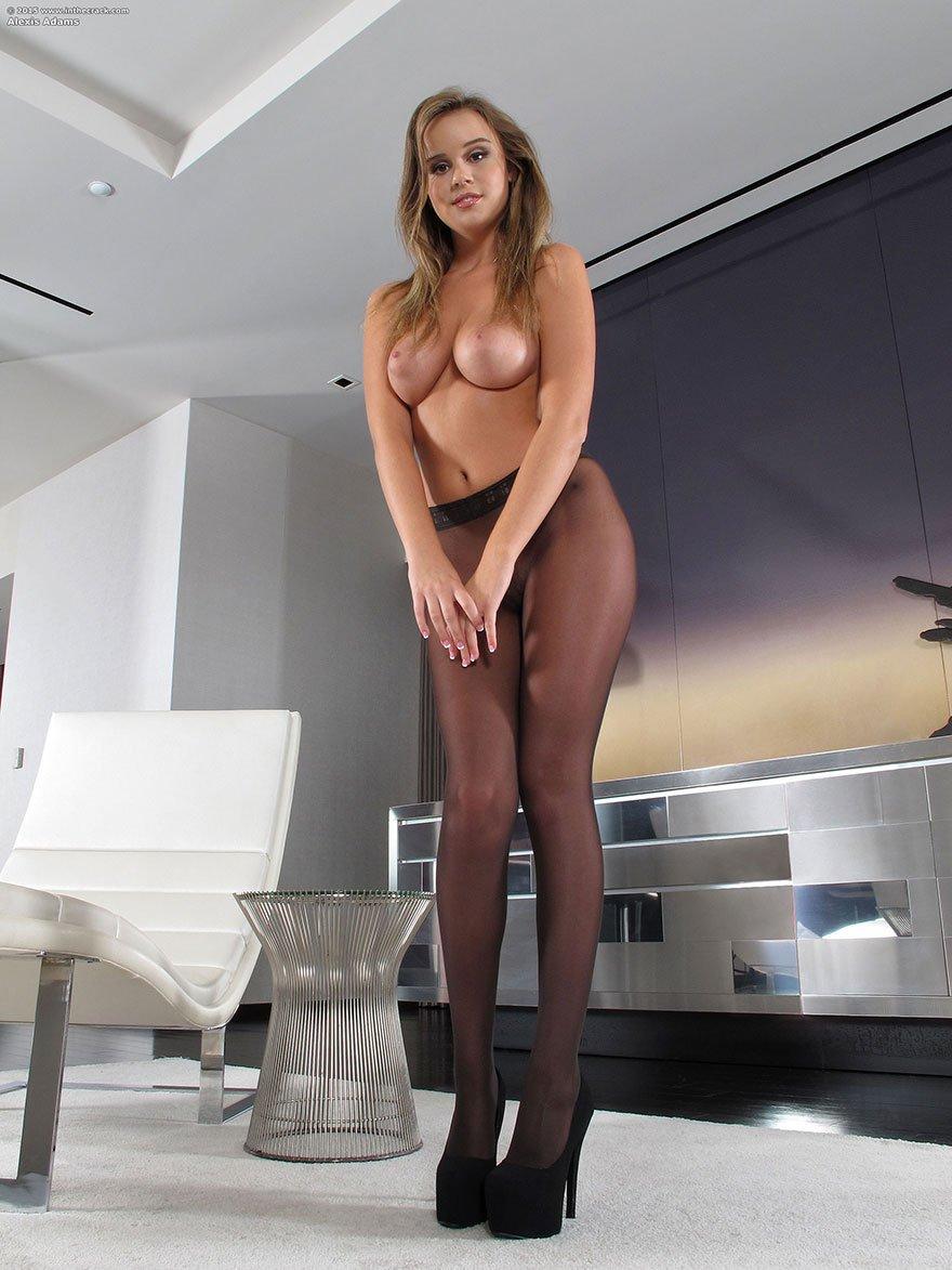 Роскошная светлая модель с хорошими ножками снимается в колготках секс фото