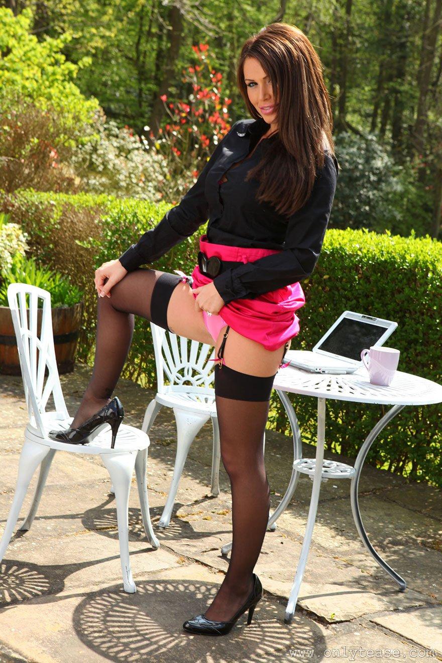 Эротические изображения возбужденной шатенки в розовых стрингах