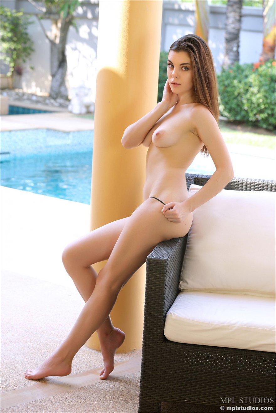 Клубничка бритой раздетой шалавы в кресле секс фото