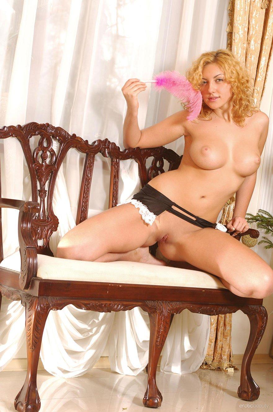 Блондинка фоткается раздетая на стуле возле старинного секретера