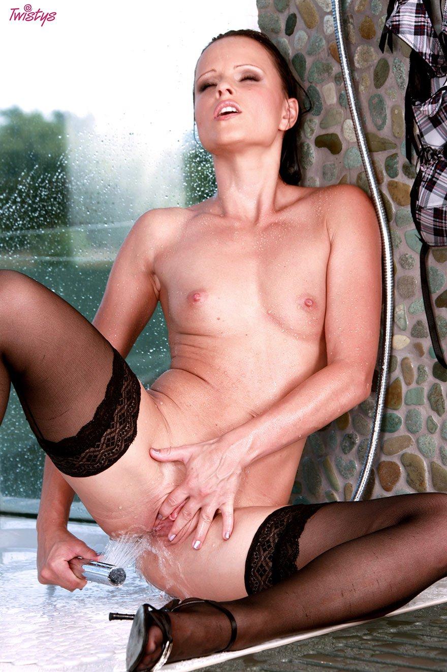 20-летняя мамочка раздевается под душем секс фото