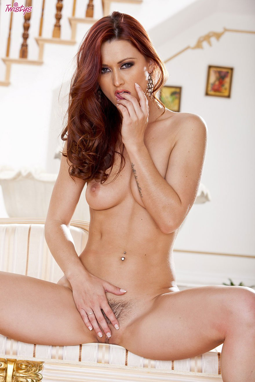 Клубничка опытной женщины с рыжими волосами